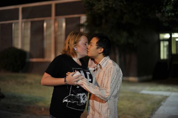 男子面無表情跟陌生人接吻(男女通吃)15