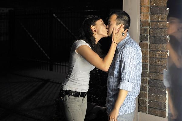 男子面無表情跟陌生人接吻(男女通吃)4