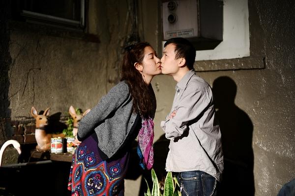 男子面無表情跟陌生人接吻(男女通吃)6