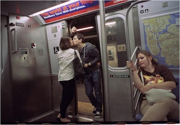紐約地鐵上,彼此親吻的人們1