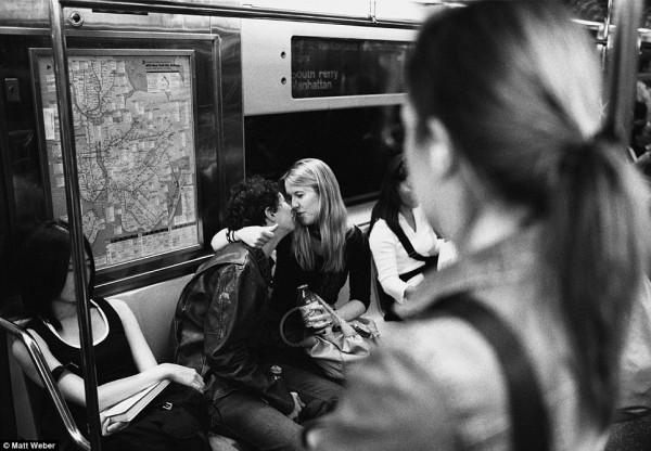 紐約地鐵上,彼此親吻的人們11