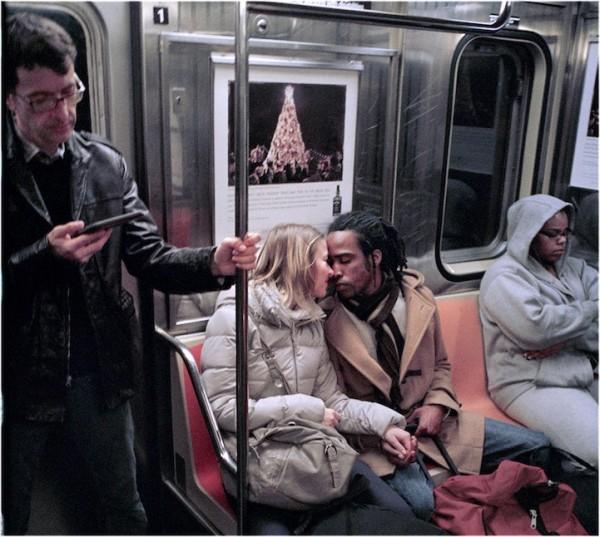 紐約地鐵上,彼此親吻的人們2