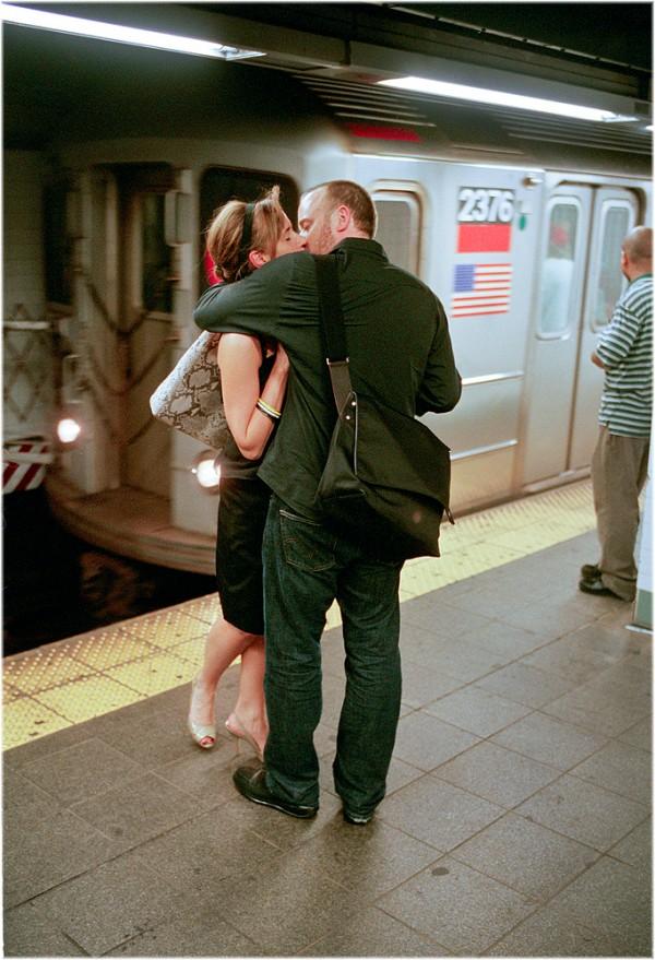 紐約地鐵上,彼此親吻的人們3