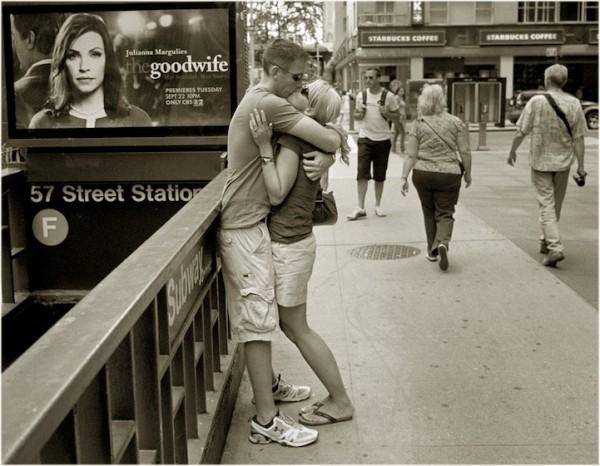 紐約地鐵上,彼此親吻的人們4