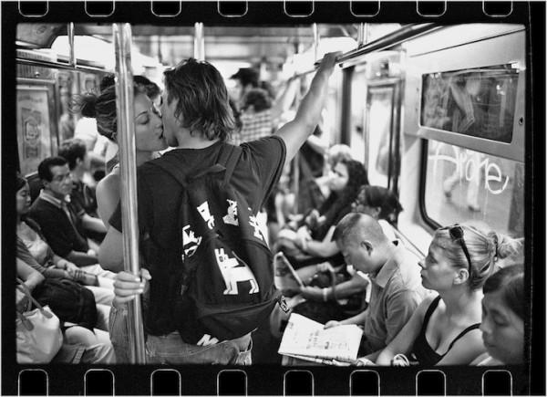 紐約地鐵上,彼此親吻的人們6