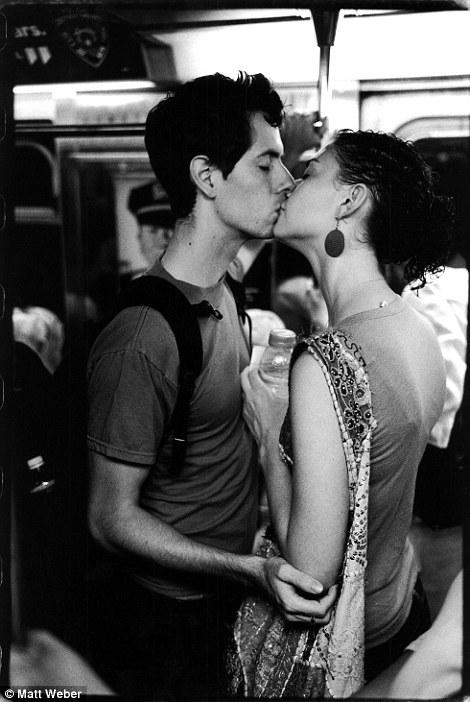 紐約地鐵上,彼此親吻的人們9