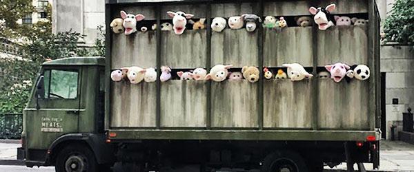 超級諷刺!令人不安的動物玩偶屠宰車