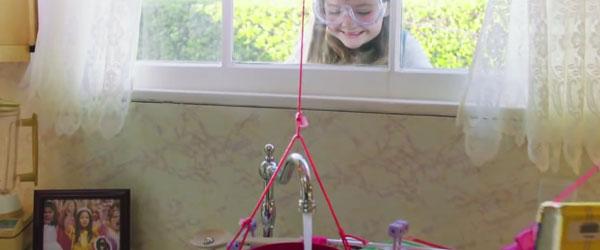 三小女孩會讓你愧對你小時候玩過的玩具
