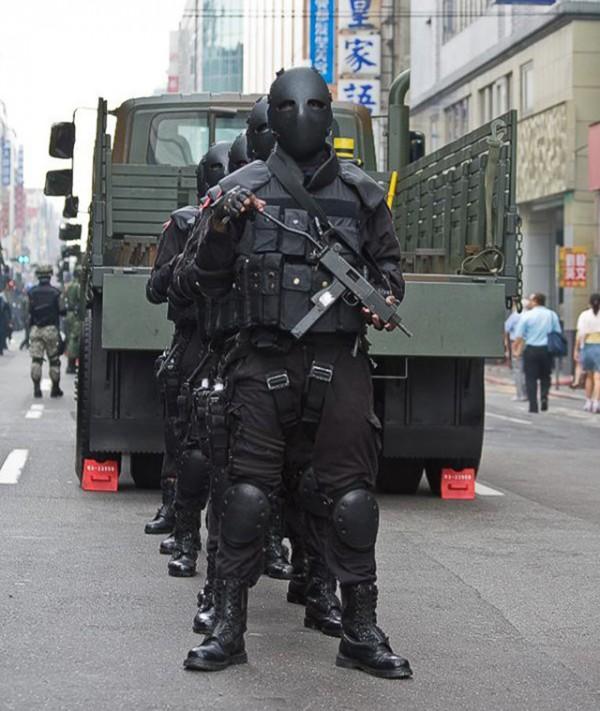 外國人看台灣的鐵面人部隊5