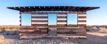 荒野中出現了鏡子蓋成的透明小木屋