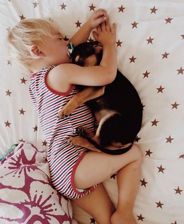 萌度超標!小孩和小狗每天一起睡午覺8