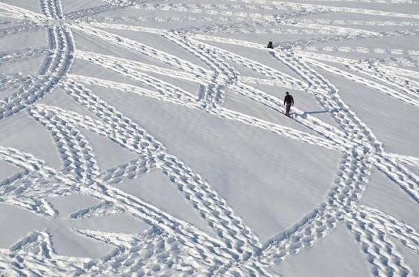 他走過的路會留下美麗的雪花痕跡!1