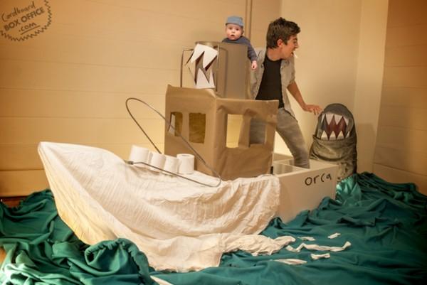 全家戲精!爸媽用嬰兒和厚紙板重建電影廠景1