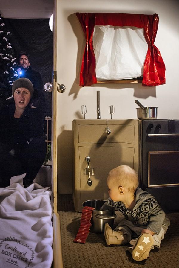 全家戲精!爸媽用嬰兒和厚紙板重建電影廠景10