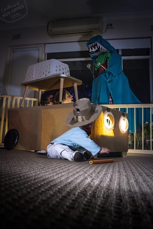 全家戲精!爸媽用嬰兒和厚紙板重建電影廠景11