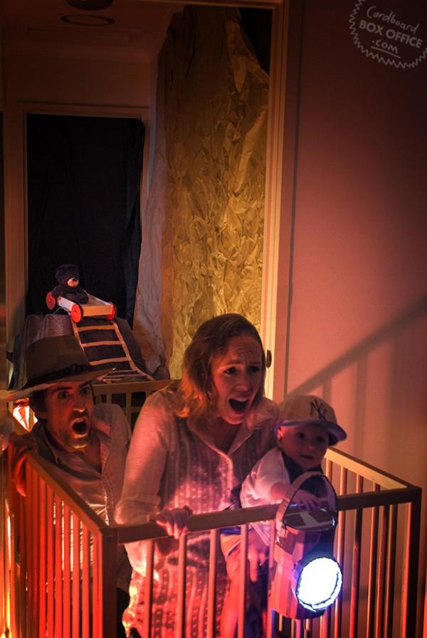 全家戲精!爸媽用嬰兒和厚紙板重建電影廠景12