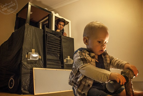 全家戲精!爸媽用嬰兒和厚紙板重建電影廠景13