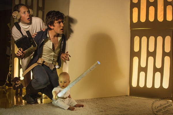 全家戲精!爸媽用嬰兒和厚紙板重建電影廠景4