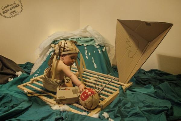 全家戲精!爸媽用嬰兒和厚紙板重建電影廠景5