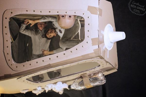 全家戲精!爸媽用嬰兒和厚紙板重建電影廠景6