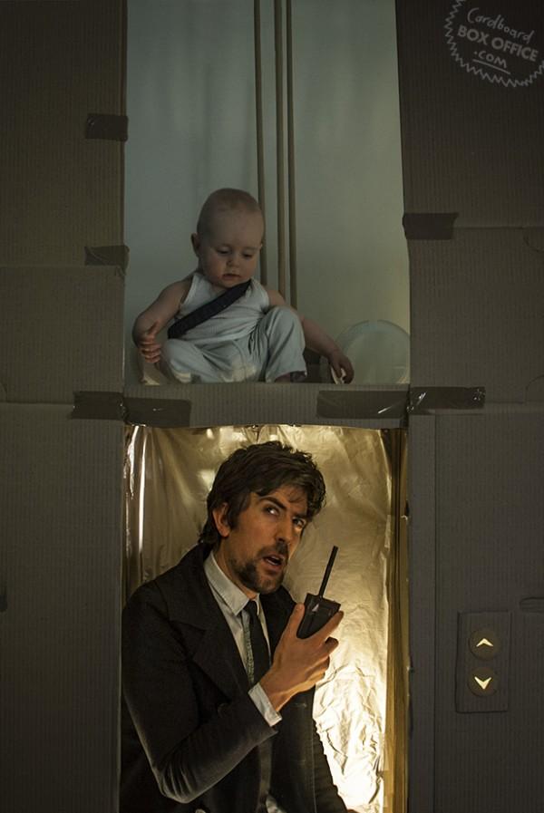 全家戲精!爸媽用嬰兒和厚紙板重建電影廠景7