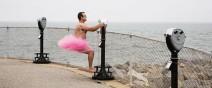 只為看到癌症老婆的笑容,他穿上粉紅色澎澎裙環遊世界0