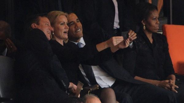 歐巴馬在喪禮上自拍!......你還好嗎?2
