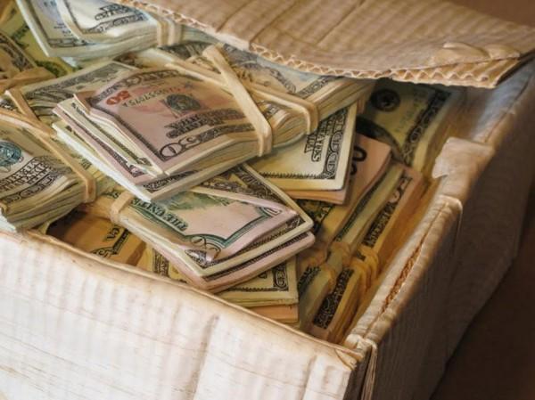 一整箱的紙鈔10
