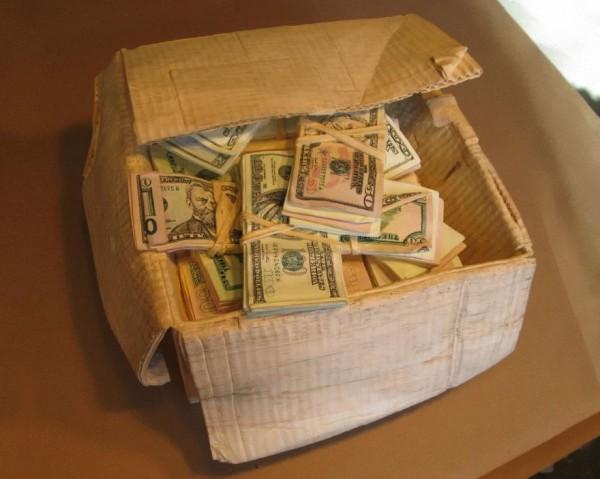 一整箱的紙鈔9