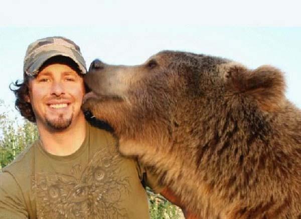 人類收養兩隻野熊17