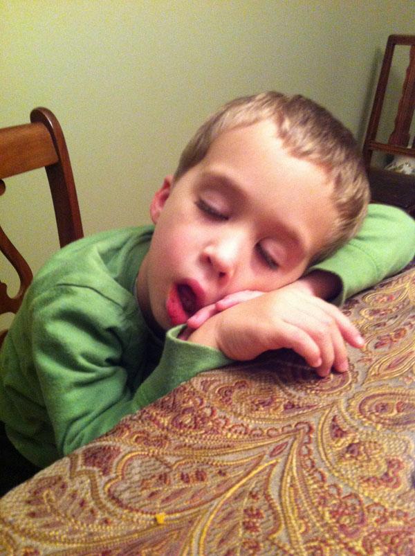 睡神降世!兒子在各種意想不到的地方睡著12
