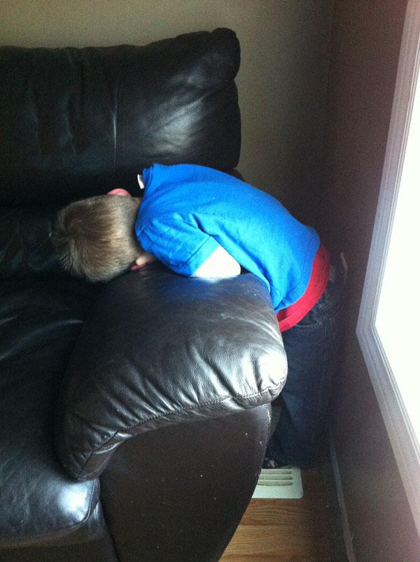 睡神降世!兒子在各種意想不到的地方睡著13