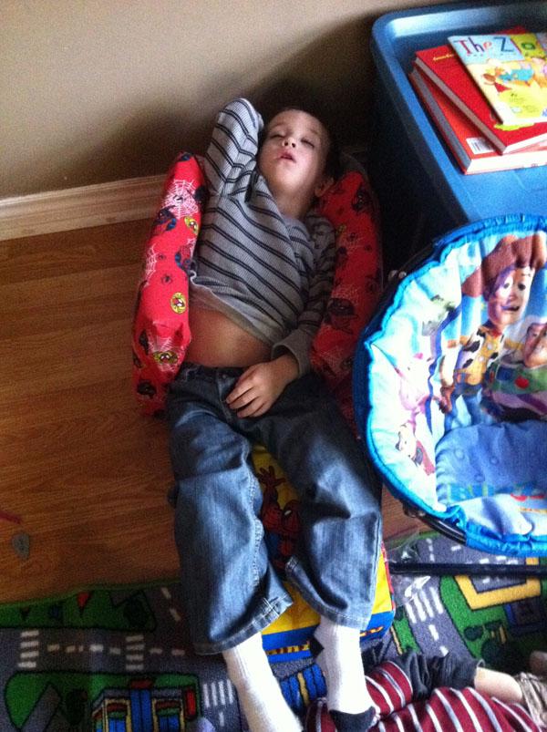 睡神降世!兒子在各種意想不到的地方睡著14