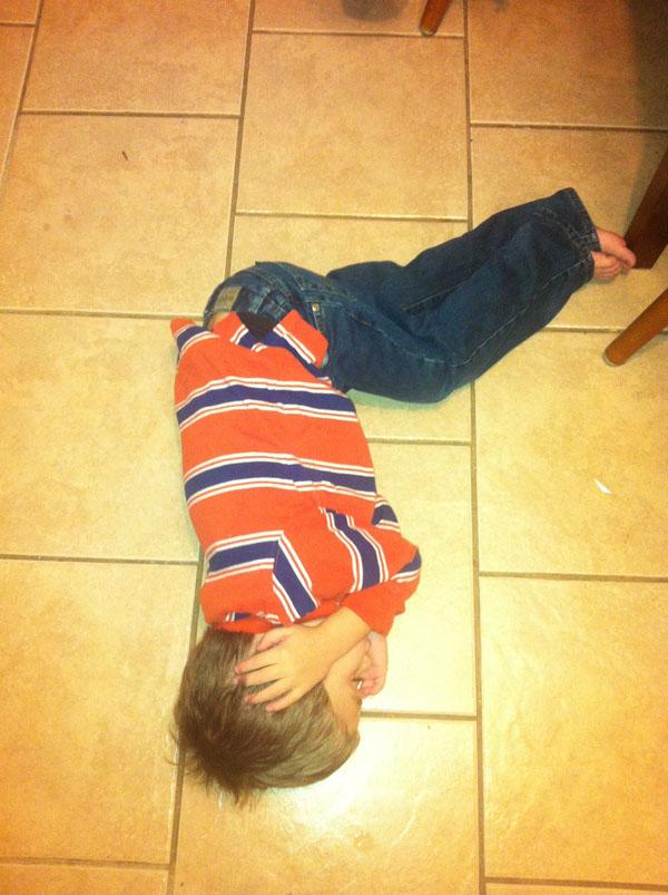 睡神降世!兒子在各種意想不到的地方睡著16