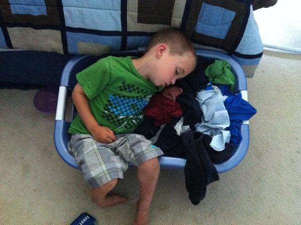 睡神降世!兒子在各種意想不到的地方睡著17