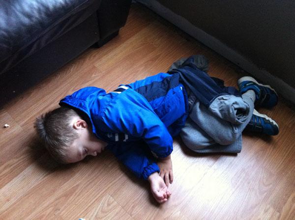 睡神降世!兒子在各種意想不到的地方睡著18