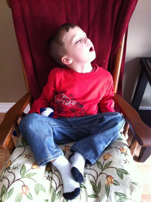 睡神降世!兒子在各種意想不到的地方睡著19