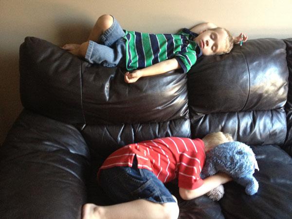 睡神降世!兒子在各種意想不到的地方睡著20
