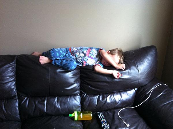 睡神降世!兒子在各種意想不到的地方睡著22