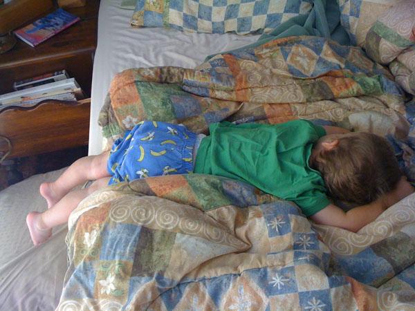睡神降世!兒子在各種意想不到的地方睡著23