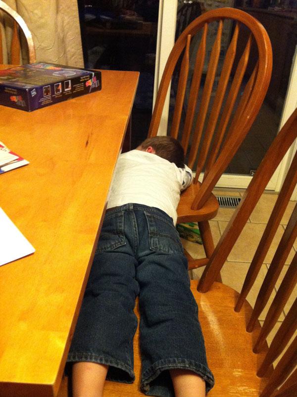 睡神降世!兒子在各種意想不到的地方睡著24