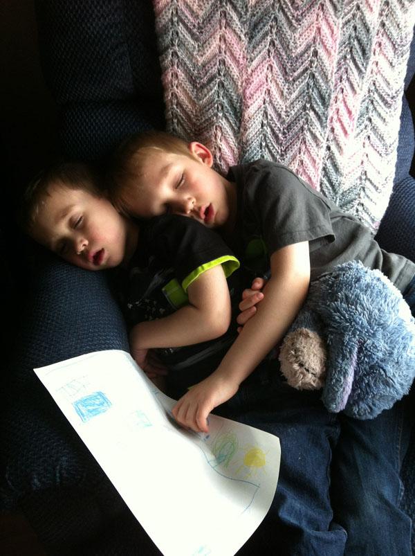 睡神降世!兒子在各種意想不到的地方睡著25