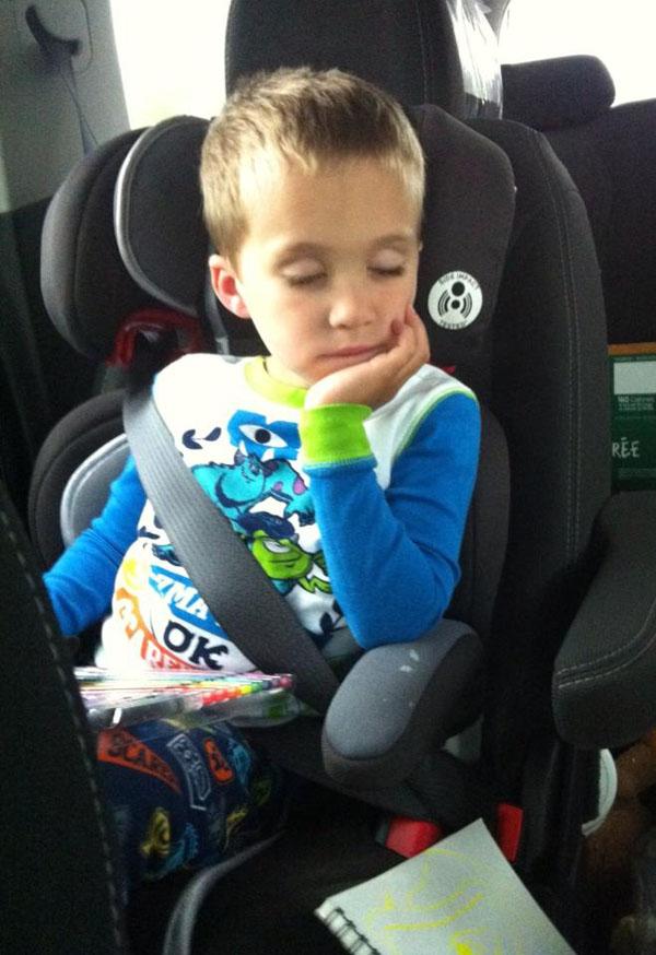 睡神降世!兒子在各種意想不到的地方睡著7
