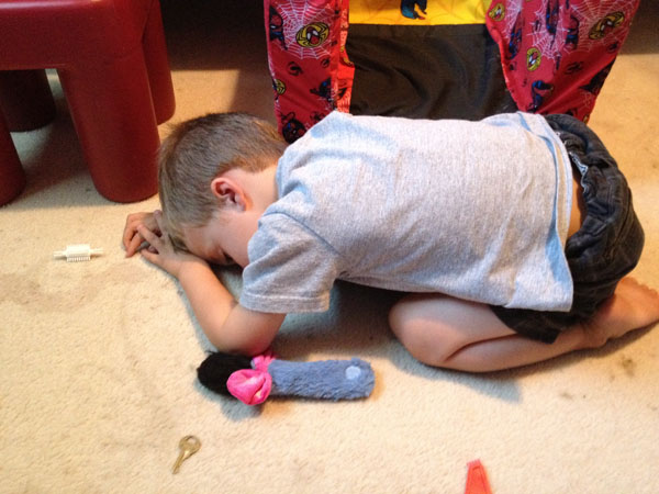 睡神降世!兒子在各種意想不到的地方睡著8