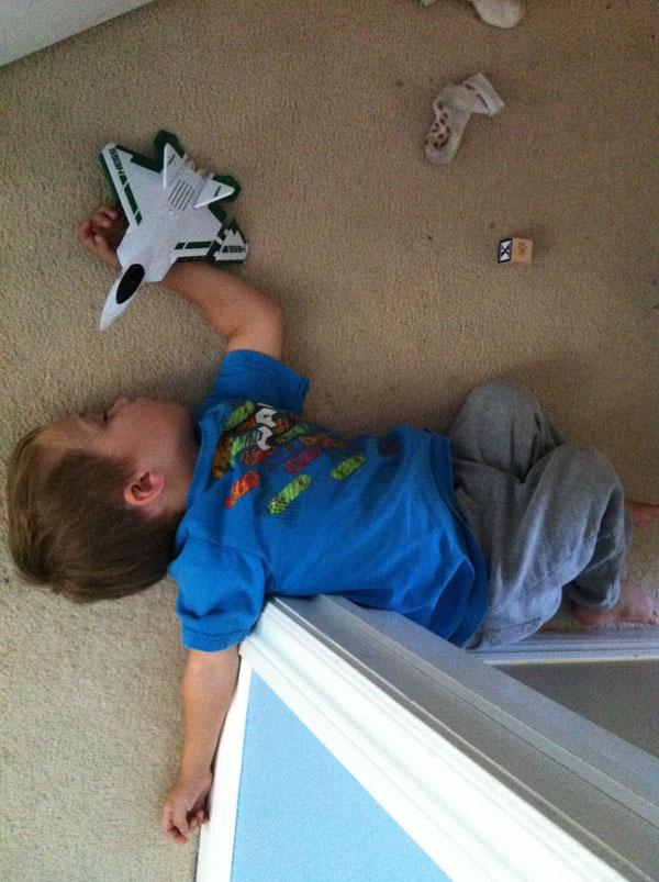 睡神降世!兒子在各種意想不到的地方睡著9