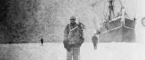 被冰在一塊冰裡的百年古老照片