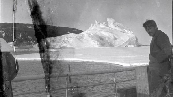 被冰在一塊冰裡的百年古老照片2