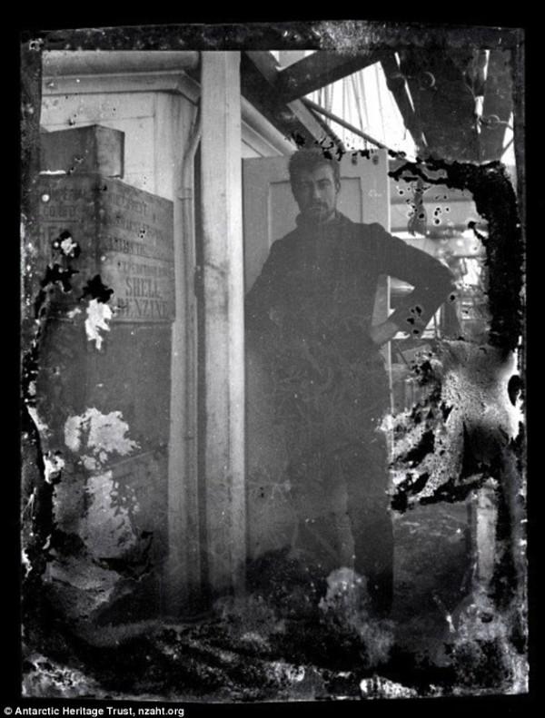 被冰在一塊冰裡的百年古老照片3