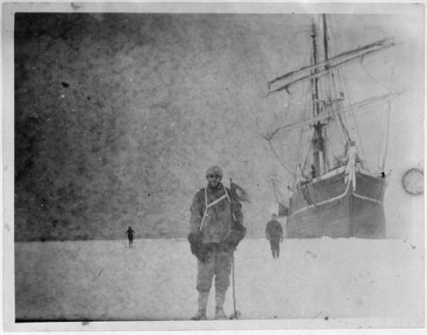 被冰在一塊冰裡的百年古老照片4