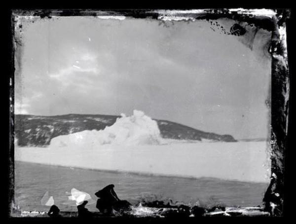 被冰在一塊冰裡的百年古老照片5